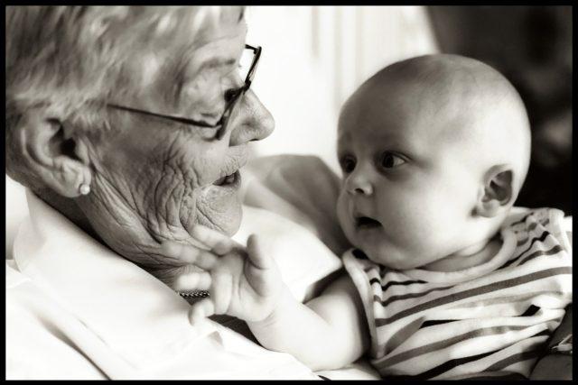 Tisíce let trvající angažovanost babiček při výchově vnoučat nabízí lidstvu evoluční výhody | foto: Fotobanka  Freeimages,   T. Rolf