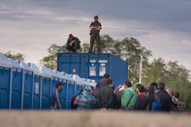 Rakouští policisté na hranici dohlíží na uprchlíky