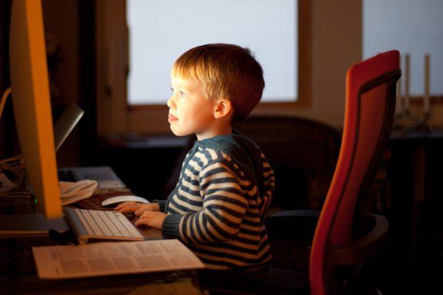 Dítě u počítače | foto: zdroj: Flickr.com,   CC BY-SA 2.0,  Lars Plougmann
