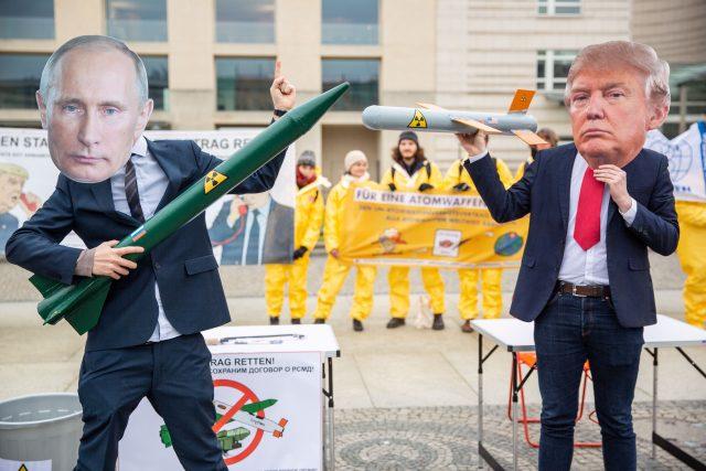 Protest proti odstoupení USA od smlouvy o likvidaci raket středního a krátkého doletu