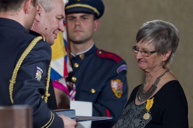 Lékařka, spisovatelka a zakladatelka českého hospicového hnutí Marie Svatošová převzala medaili Za zásluhy