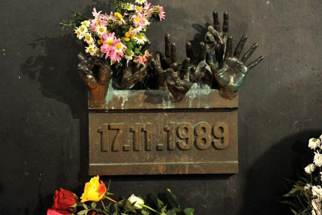 Události z 17. listopadu 1989 si na Národní třídě v Praze každoročně připomínají politici, studenti i veřejnost