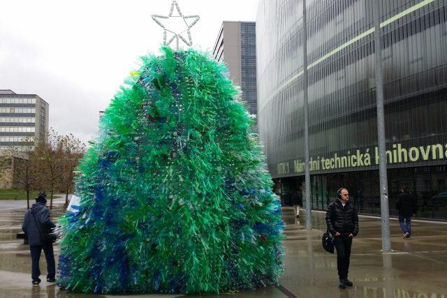 Plastový strom před NTK vyrostl za 3 dny