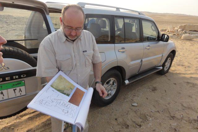 Profesor Miroslav Bárta provádí delegaci po lokalitě Abúsír
