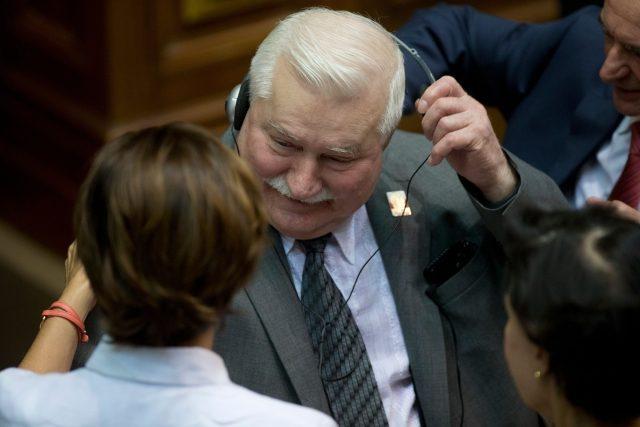 Bývalý polský prezident Lech Wałesa vzkázal z Venezuely, že se nařčení z údajné spolupráce s komunistickou policií bude bránit soudně