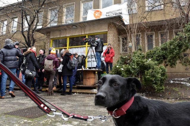 Autonomnímu sociálnímu centru Klinika končí o půlnoci 2. března 2016 smlouva o výpůjčce