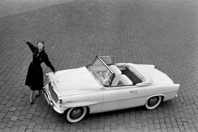 Škoda 450 a Charlotte Sheffield,  Miss USA. Reklamní fotografie Viléma Heckela z roku 1957 | foto:  CC BY-SA 3.0,  Vilém Heckel
