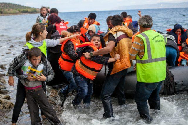 Uprchlíci vystupují z gumového člunu na řeckém ostrově Lesbos
