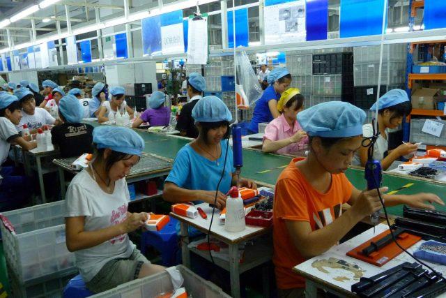 Dělníci v čínské továrně (Sunlight Toy Factory)