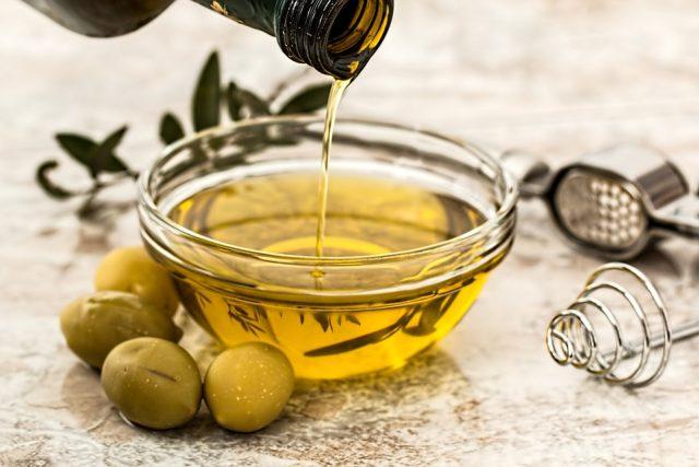 Olivový olej je rozhodně zdravější než palmový. Na smažení panenský olivový olej ale rozhodně nepoužívejte! | foto: Fotobanka Pixabay