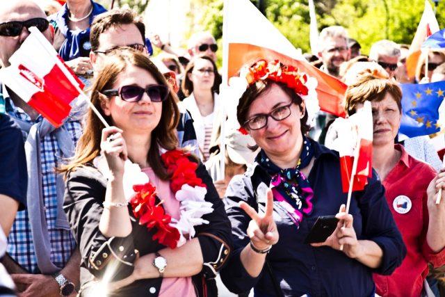 Protivládní demonstrace ve Varšavě. Protest svolala polská opozice, podle níž vládnoucí strana Právo a spravedlnost ohrožuje postavení Polska v Evropské unii