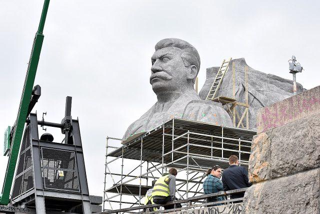 Odhalení Stalinova pomníku na Letné 1. května 1955 se neobešlo bez viditelných rozpaků   foto: Filip Jandourek