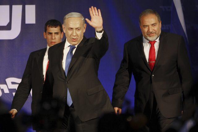 Zahájí izraelský premiér Netanjahu  (uprostřed) a nový ministr obrany Lieberman  (vpravo) konečně jednání s Palestinou? | foto:  ČTK/AP,  Ariel Schalit, ČTK