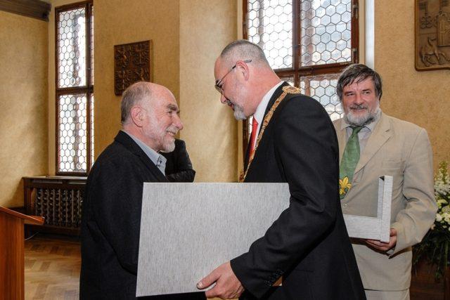 Ivan Binar přebírá Cenu 1. června z rukou plzeňského primátora Martina Zrzaveckého