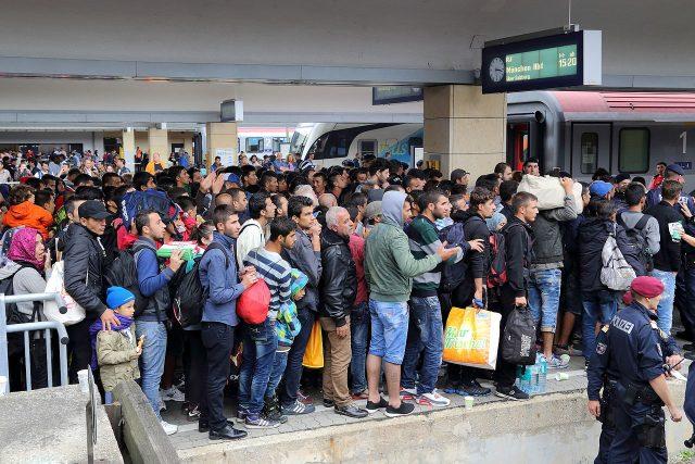Migranti na vídeňském nádraží na své cestě do Německa