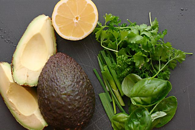Avokádo, citron, bazalka. Ingredience pro přípravu těstovin s avokádovým pestem