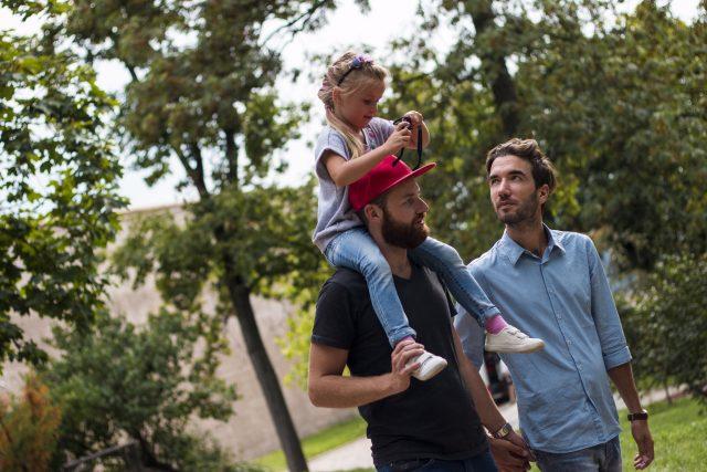 Gayové s adoptovaným dítětem - homosexuální adopce - stejnopohlavní rodina
