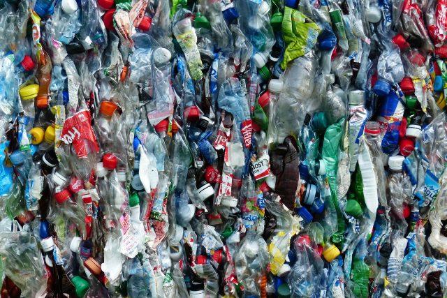 Plasty - plastové láhve - plastový odpad - plýtvání - recyklace