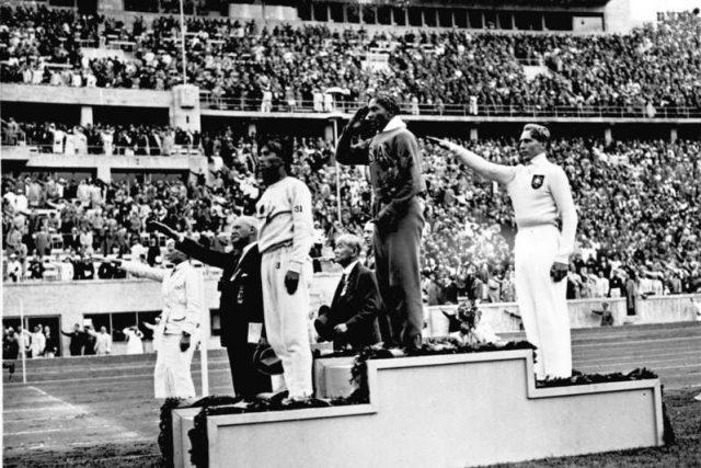 V roce 1936 vyhrál afroamerický sprinter Jesse Owens zlato v běhu na sto metrů na nacistické olympiádě