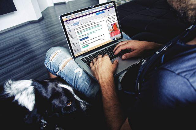 Facebook - laptop - notebook - sociální sítě - sociální síť