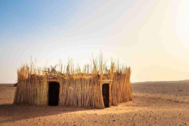 poušť, Afrika, migrace enviromentálních uprchlíků, opuštěná chýše