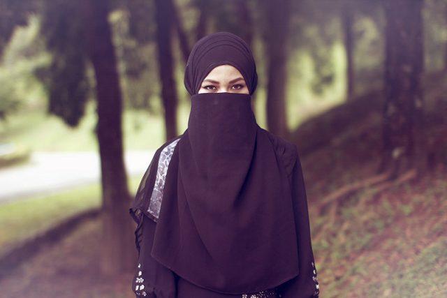 Žena v hijabu