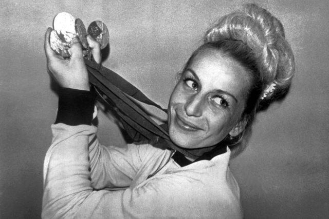 Věra Čáslavská ukazuje čtyři zlaté medaile z olympiády v Mexiku 1968 | foto: ČTK