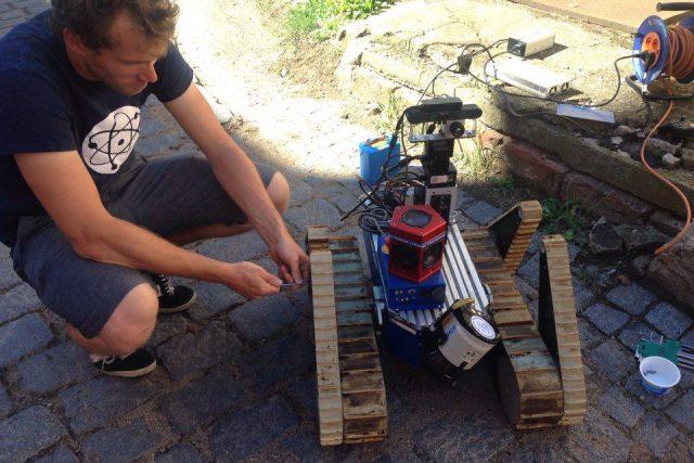 Do zemětřesením zničeného italského města Amatrice odvezl ve středu tým profesora Václava Hlaváče z pražského ČVUT v dřevěné krabici robota, který bude mapovat vnitřky rozbořených kostelů pro statistiky a záchranáře