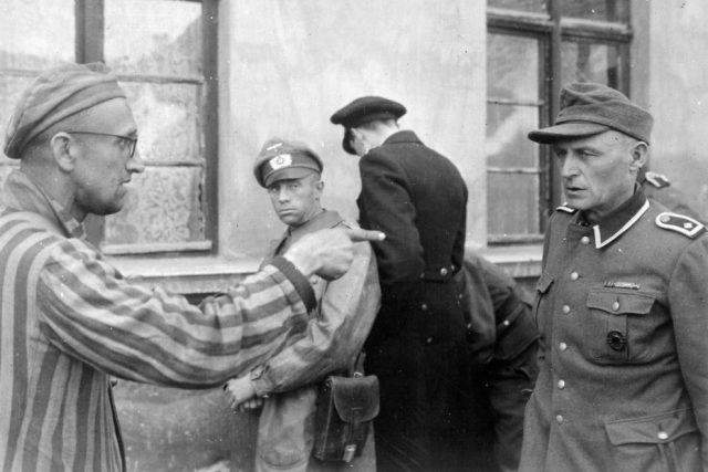Ruský vězeň identifikuje surového dozorce v nacistickém koncentračním táboře Buchenwald