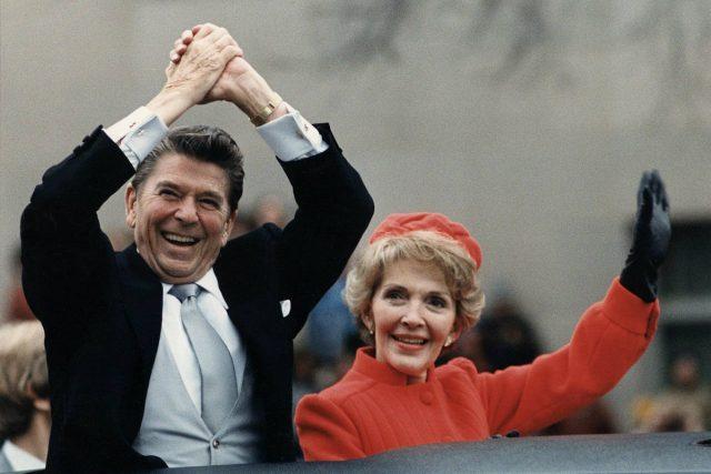 Ronald Reagan s manželkou Nancy během své první inaugurace