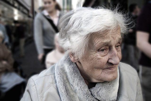 Alzheimerovou chorobou trpí v Česku přes sto padesát tisíc lidí, nejčastěji postihuje lidi staršího věku (ilustrační foto)