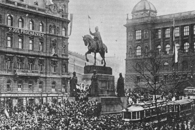 Manifestace pražského lidu na Václavském náměstí 28. října 1918 | foto: Wikimedia Commons,  Public domain