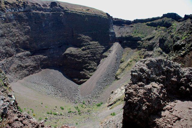 Kráter sopky Vesuv | foto: flickr.com   ,   CC BY-SA 2.0,  Josef Grunig