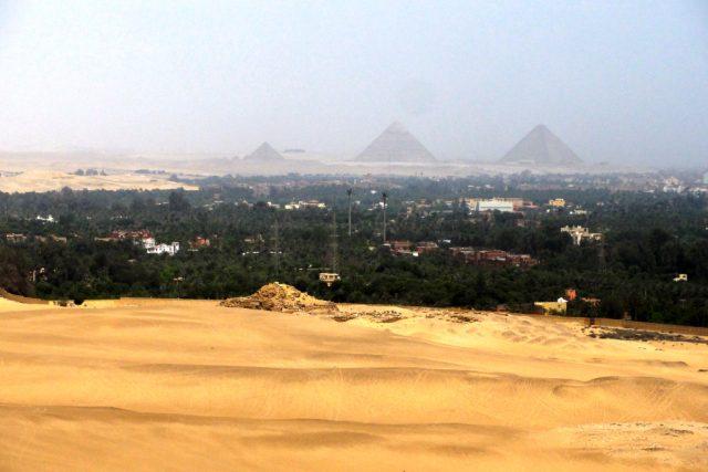 Na dohled z Abúsíru jsou i slavné pyramidy v Gíze