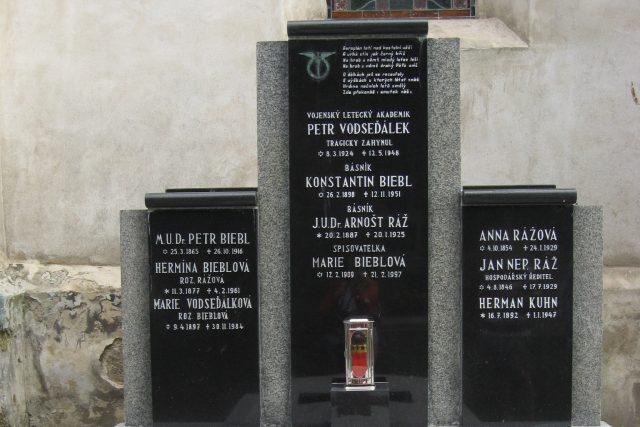 Hrob básníka Konstantina Biebla ve Slavětíně