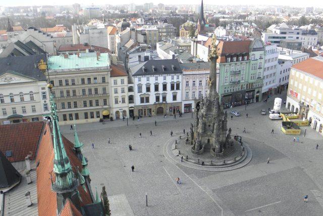 Nepravidelnost náměstí je dodnes viditelná. Z ulice za sloupem zde v raném středověku přitékala voda