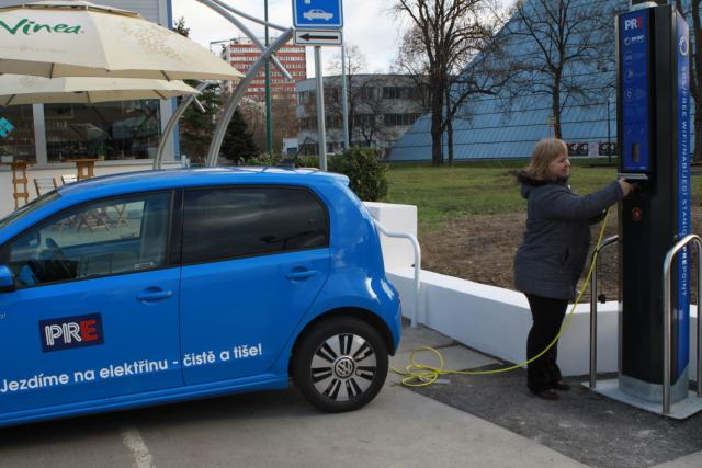 Chytré lampy umějí dobít elektromobil i elektrokolo