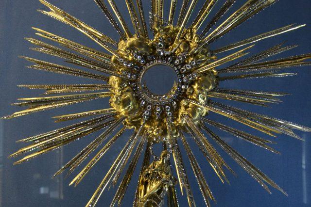 Monstrance osázená diamanty, tzv. Pražské slunce.