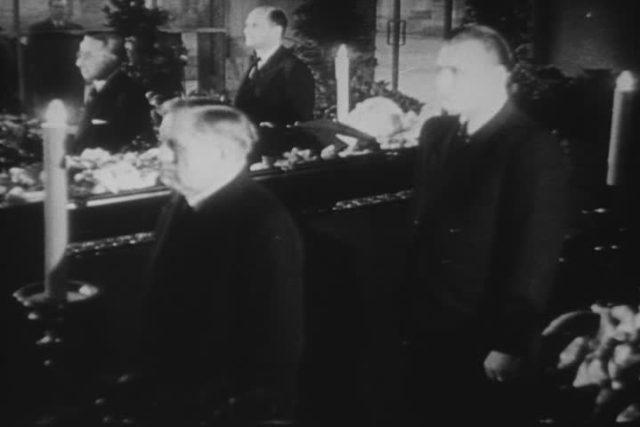 """Pohřeb Jana Masaryka (záběr z amerického filmového týdeníku """"The March of Time"""")"""