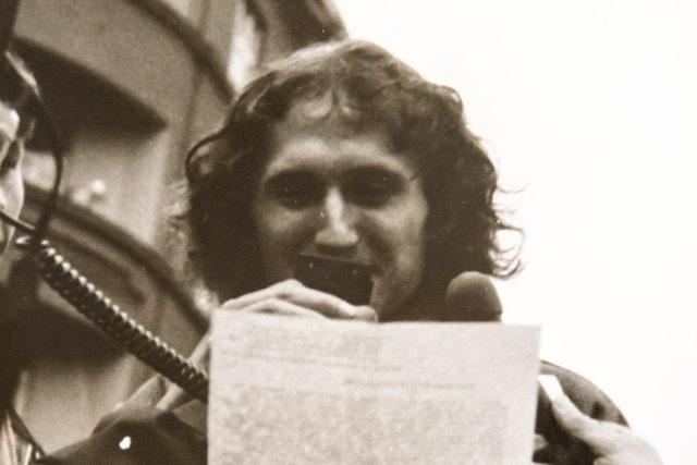 Petr Placák čte prohlášení na demostraci v roce 1988