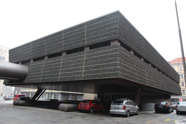 Mezi dominanty komplexu patří kromě dvou výškových budov také kvádr ústředny dispečinku obložený izolací z dlažebních kostek.