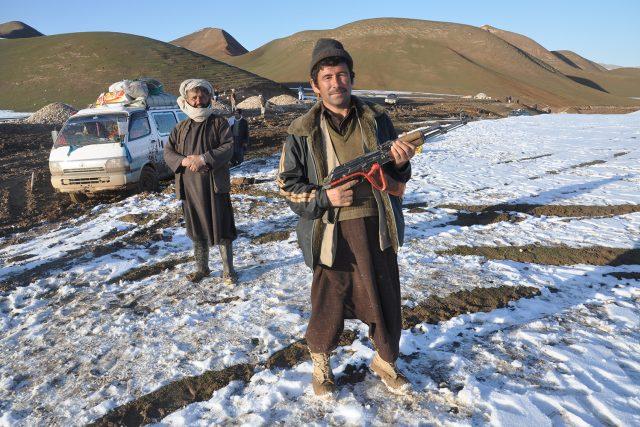 Zbraně jsou v Afghánistánu běžnou realitou, kalašnikov je povinnou výbavou každého domu, v zemi stále působí množství ozbrojených skupin