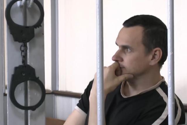 Oleg Sencov v kleci pro obžalované.