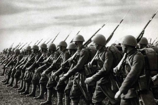Českoslovenští vojáci při manévrech