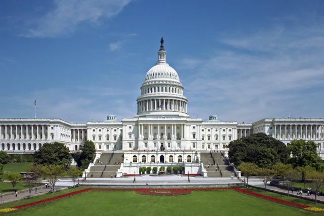Kapitol Spojených států amerických, ve kterém se schází komory Kongresu: Sněmovna reprezentatnů a Senát