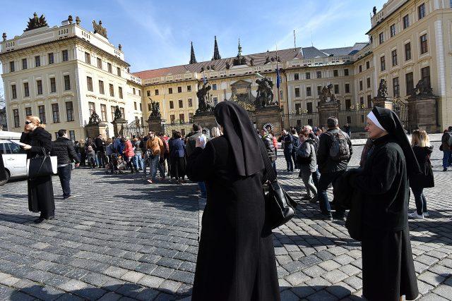 Na Pražský hrad míří dnes nejen turisté, ale i smuteční hosté, kteří se chtějí naposledy rozloučit s kardinálem Miloslavem Vlkem