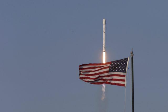 Raketa Falcon 9 společnosti SpaceX krátce po startu