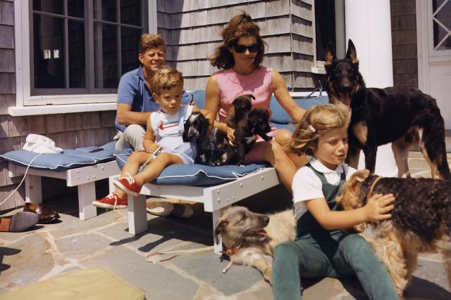 John F. Kennedy s rodinou a psy
