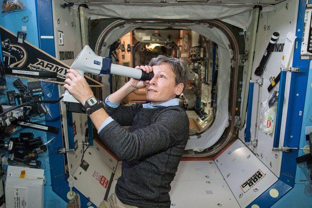 Austronautka Peggy Whitsonová si kontroluje zrak oftalmoskopem
