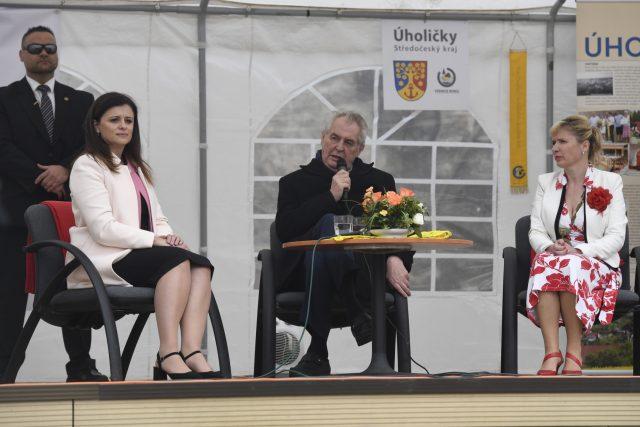 Prezident Miloš Zeman na návštěvě Středočeského kraje. Vlevo je středočeská hejtmanka Jaroslava Pokorná Jermanová (ANO) a vpravo starostka Úholiček Terezie Kořínková.
